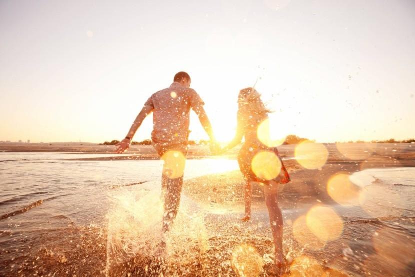 szerelmes pár tengerpart naplemente