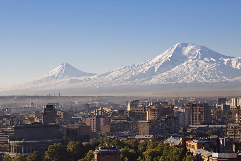 Jerevan s Araratom v pozadí