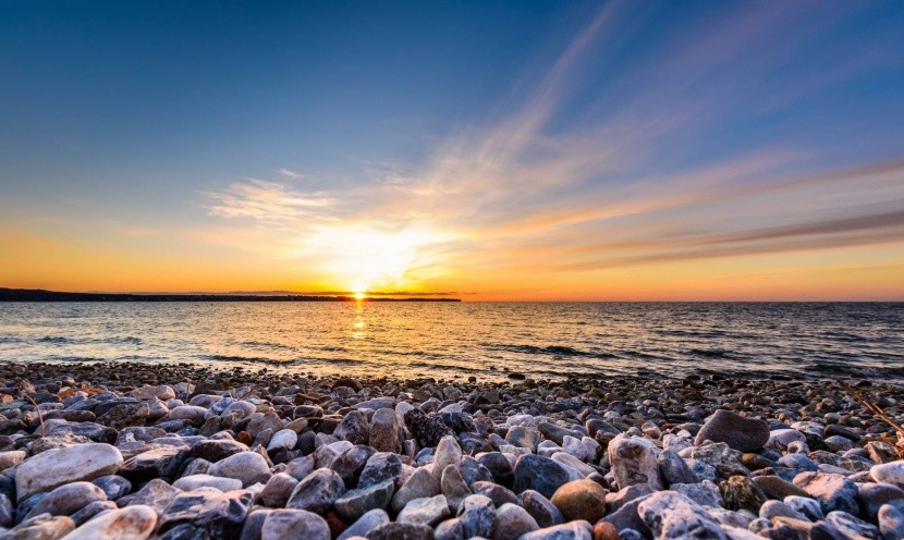 Szlovénia kavicsos tengerpart naplemente