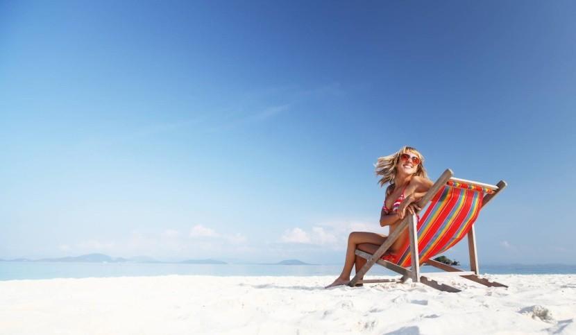 homokos tengerpart napágy vidám nő