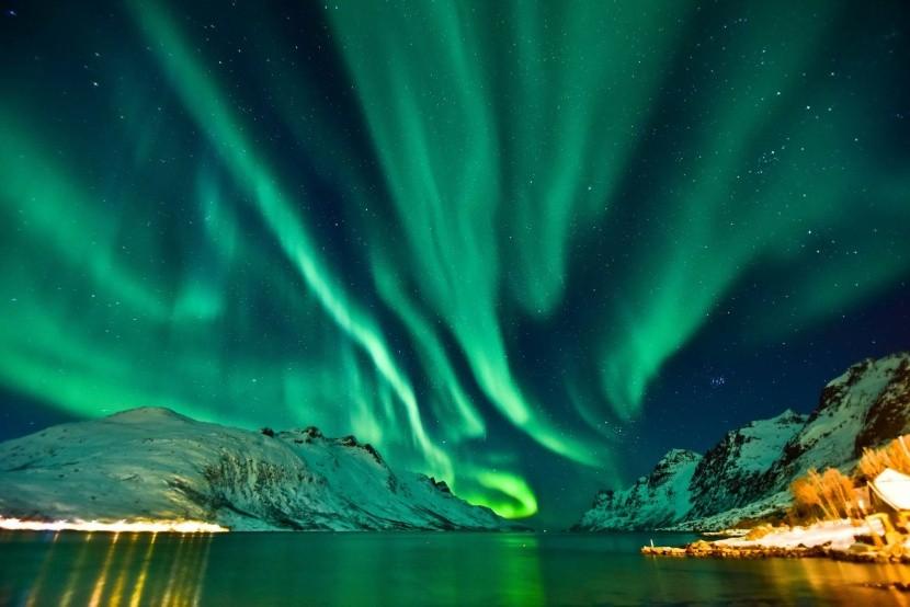 Sarki fény a norvég fjordok felett