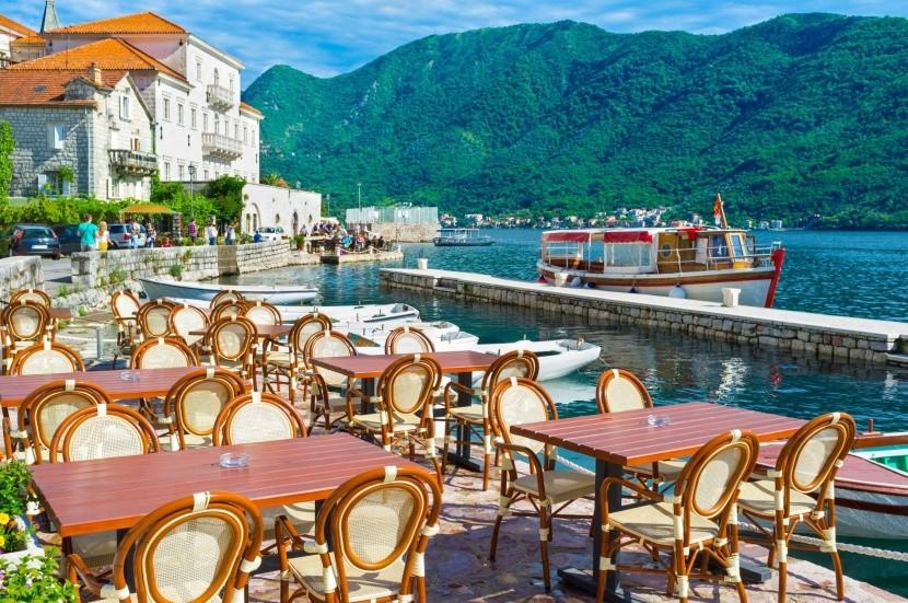 Kaviareň v prístave Perast