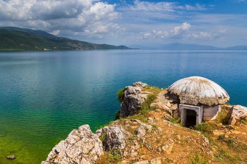 Starý vojenský bunkr u Ohridského jezera