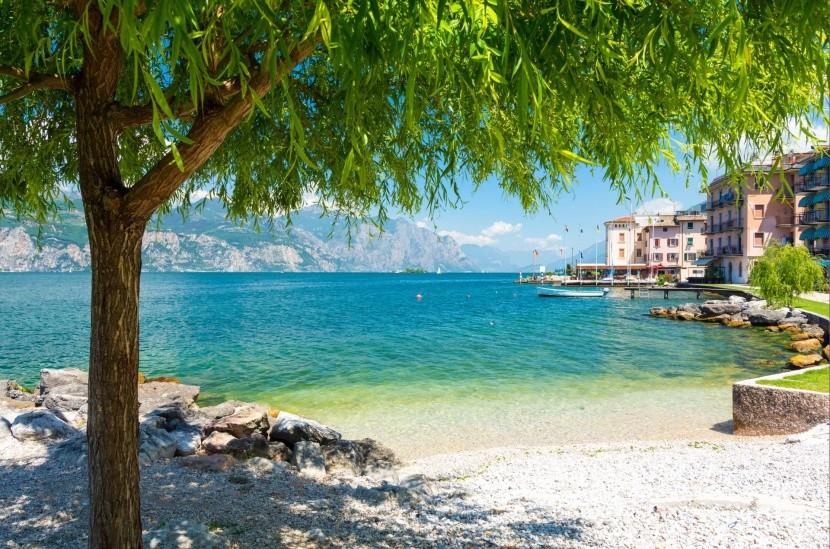 Jedna z pláží pri jazere Garda v Taliansku
