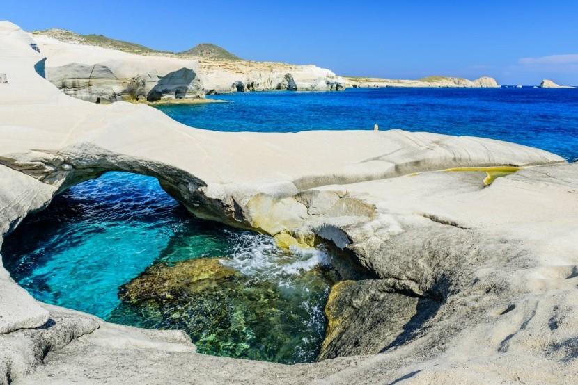 Nádherné skalnaté pobřeží u pláže Sarakiniko