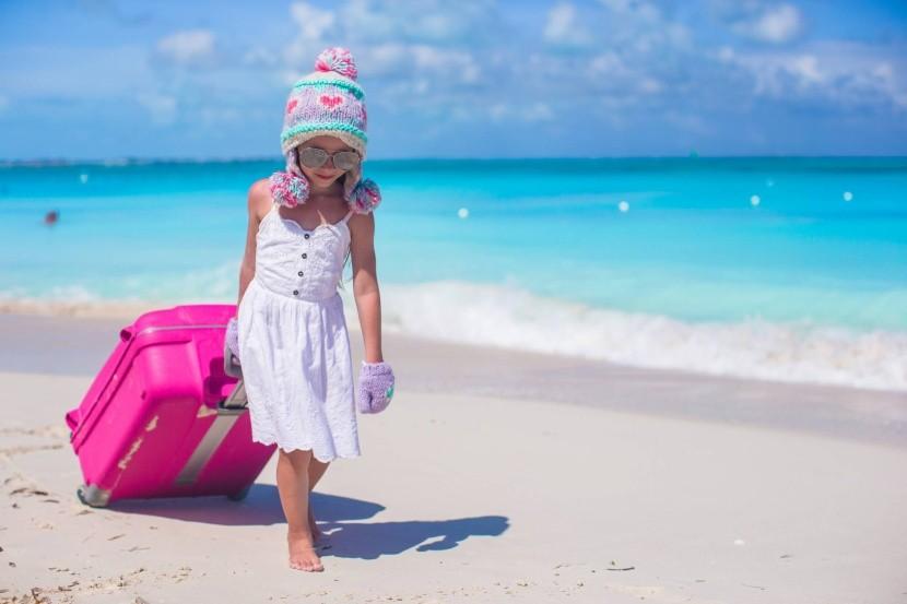 tengerpart bőrönd utazás napsütés ruházkodás