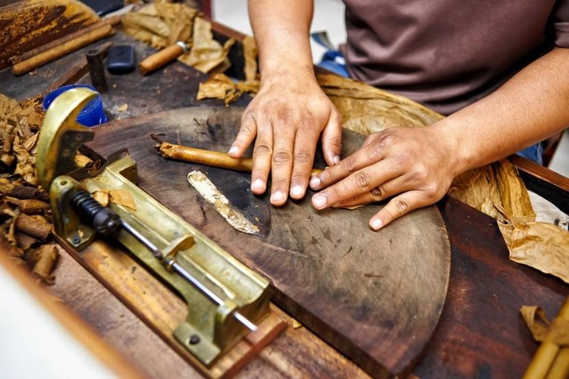 Tradičná výroba cigár v Dominikánskej rep.