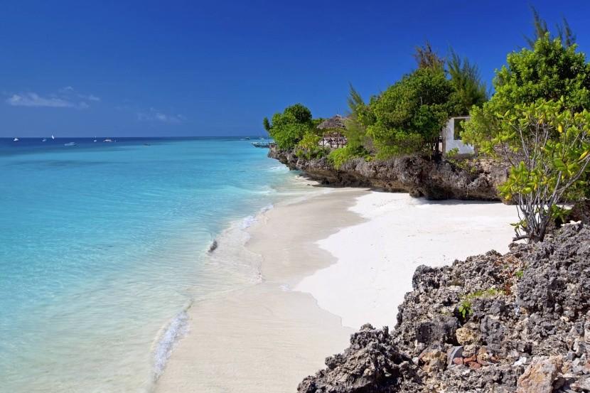 Zanzibarská pláž s bílým pískem
