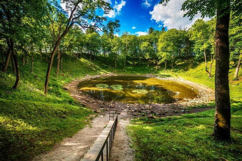 Jeden z kráterů v Kaali