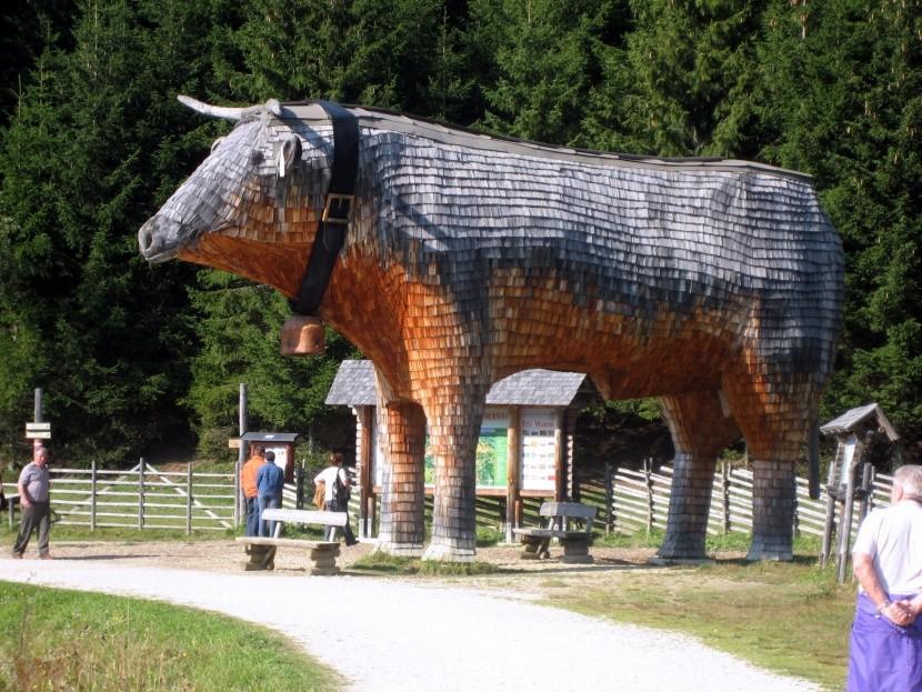 """Dřevěná """"Trojská"""" kráva u Teichalmsee"""