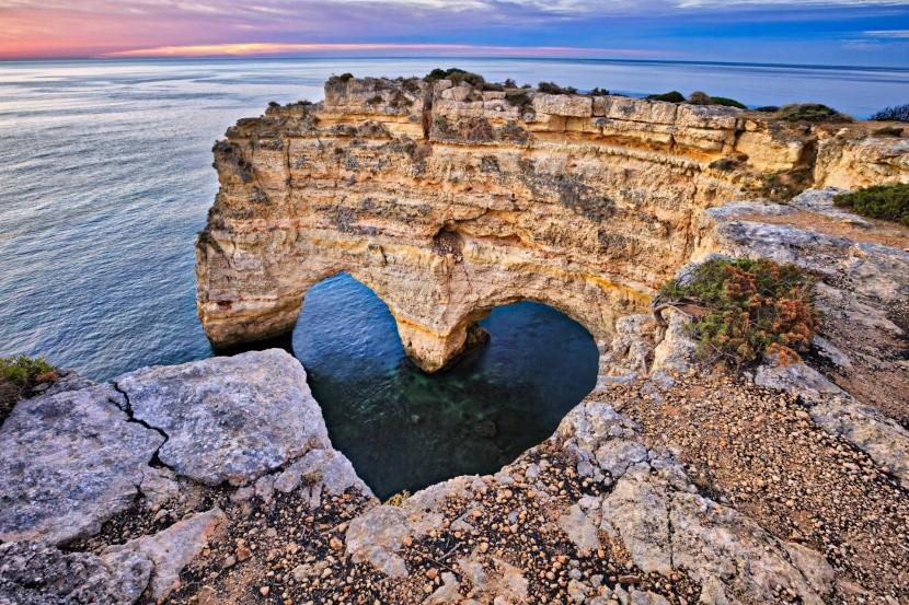 Srdcový oblúk na pláži Praia da Marinha