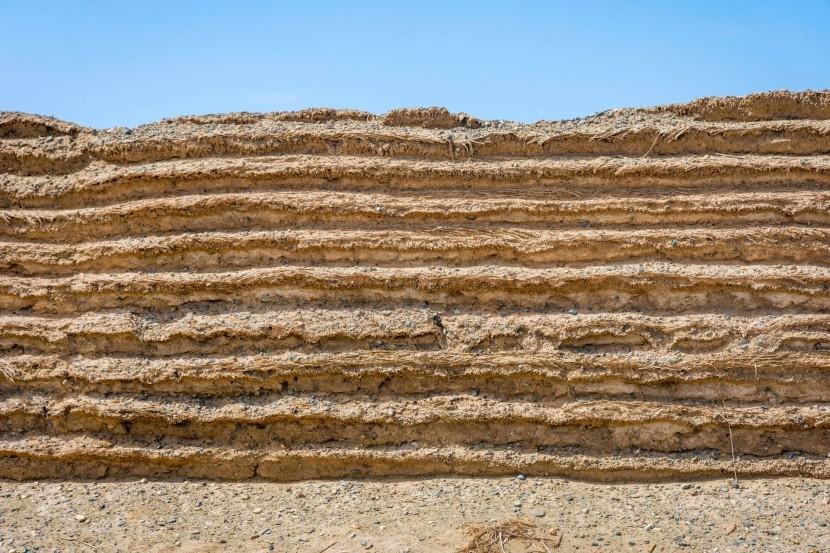 Homokból épült szakasz a Góbi-sivatagnál