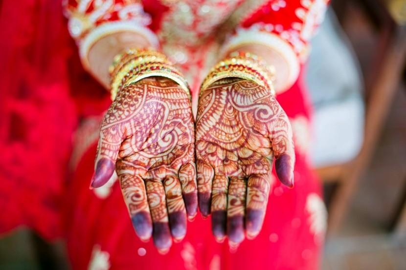 V Indii majú nevesty ruky pomaľované hennou