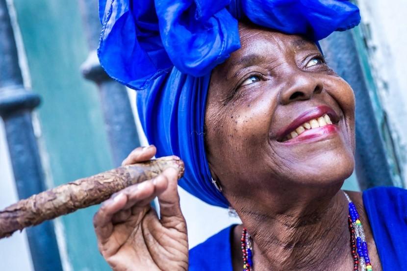 Kubai nő szivarozik Havanában