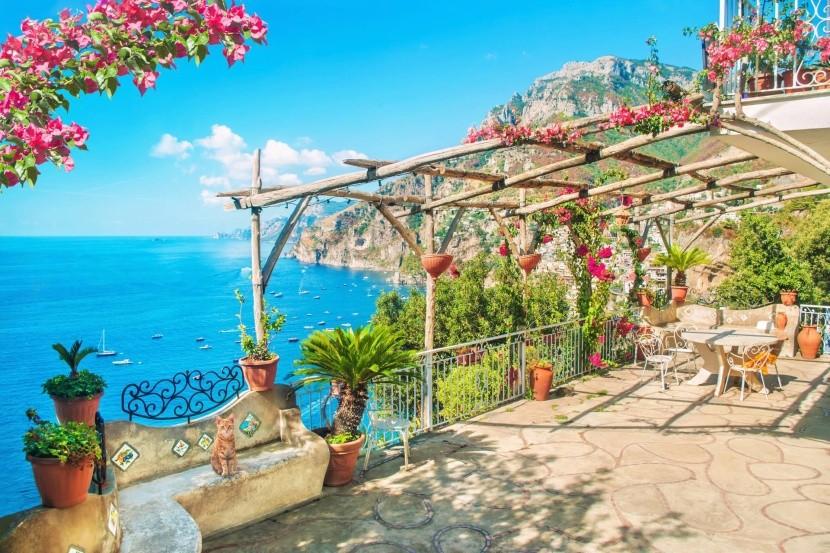 Terasz az Amalfi-partra néző kilátással
