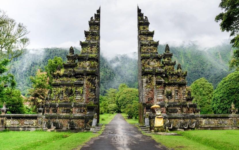 Vstup do jedného z chrámov na Bali