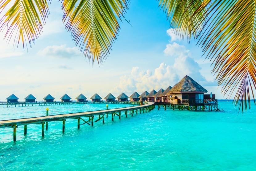 Azúrkék tenger a Maldív-szigeteken