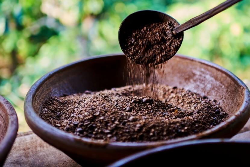 Az indonéz kávé tradicionális pörkölése