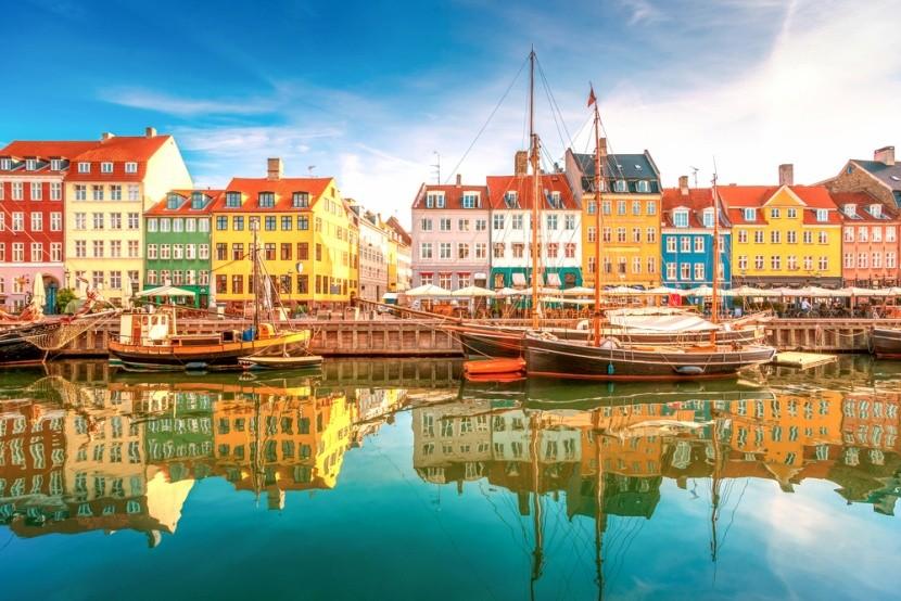 Színes házak és kikötő Dániában