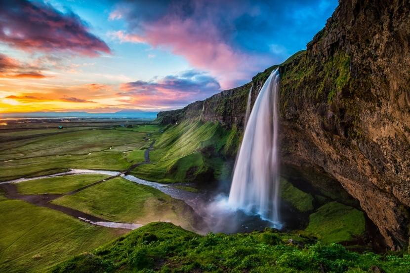 Vízesés és zöld síkság Izlandon