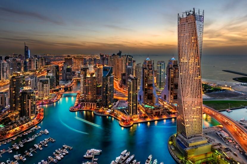Dubai, kikötő felhőkarcolókkal