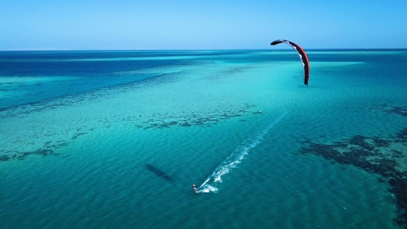 Kitesurf a tengeren