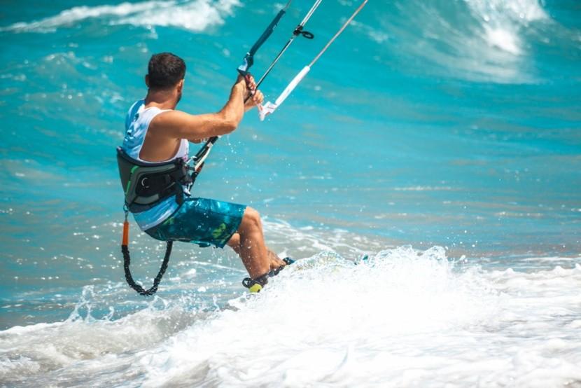 Adrenalin a hullámok között: Kitesurf