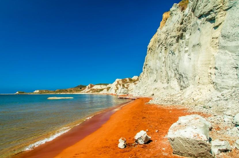 Xi beach szokatlan sárgás-vöröses partja