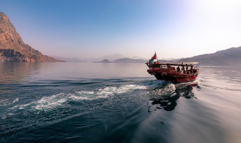 Hajókázás az ománi fjordokon