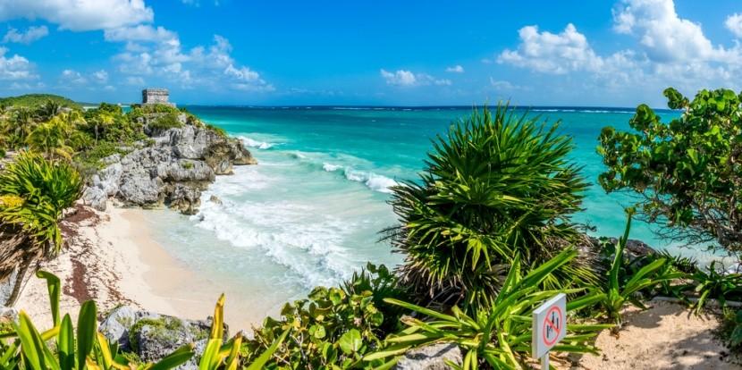 Karibská pláž a mayské ruiny
