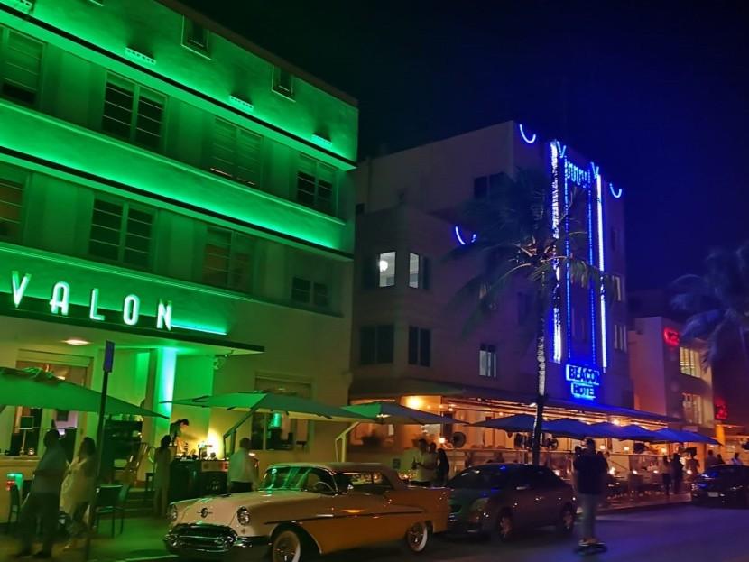 Az Ocean Drive remekül néz ki éjszaka