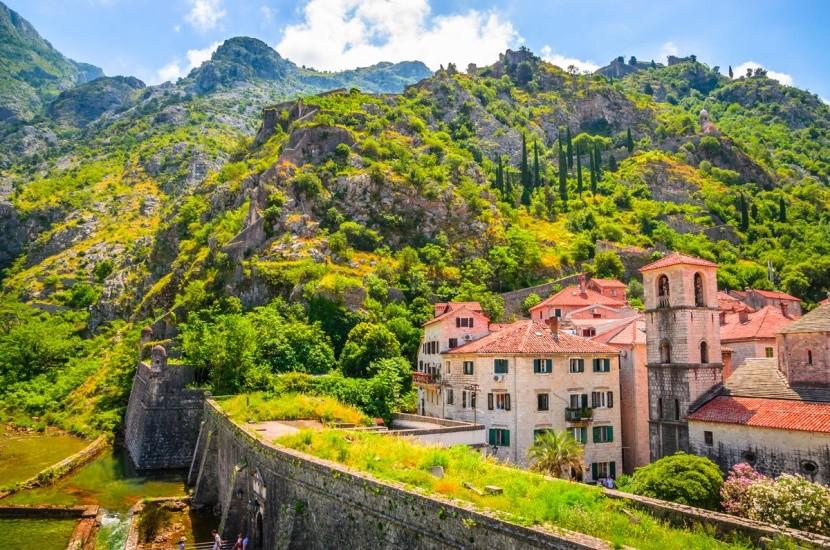 Černá Hora je hornatá a krásná země