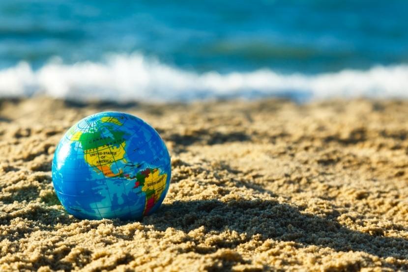 Földgömb a tengerparton