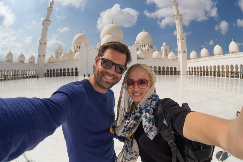 Fényképezkedő pár a Zájed sejk mecset előtt