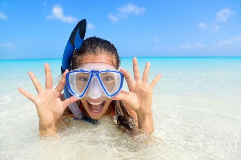 Snorkelt viselő hölgy
