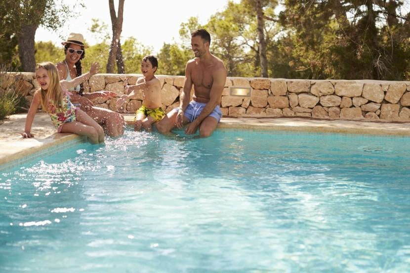 Rodina v hotelovém bazénu