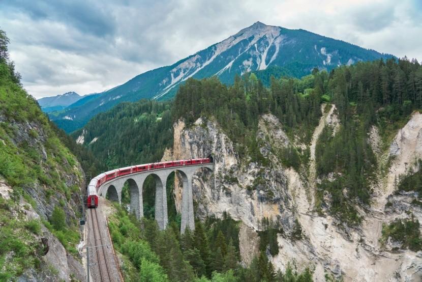 Viadukton áthaladó vonat