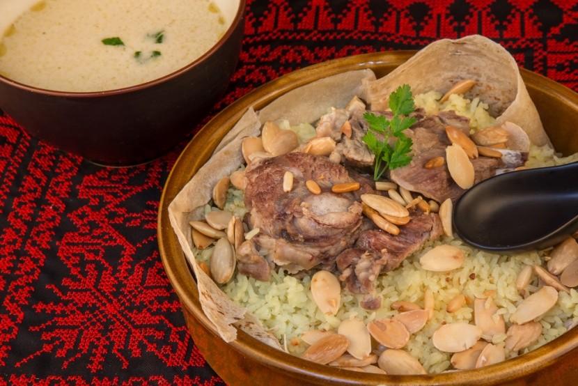 Jordánia tradicionális étele a mansaf