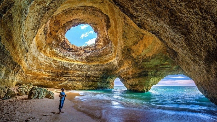 Známá jeskyně Benagil v Portugalsku
