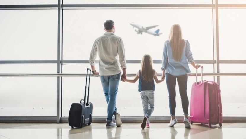 Várakozó család a repülőtéren