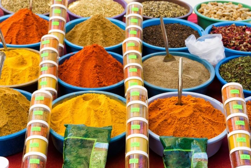 Barevné koření na trhu v Houmt Souk